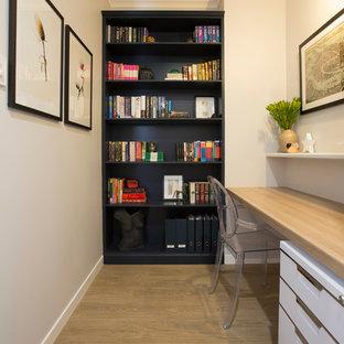 Идея дизайна: маленькое рабочее место в современном стиле с серыми стенами, полом из винила и встроенным рабочим столом