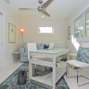 タンパの中サイズのビーチスタイルのおしゃれなアトリエ・スタジオ (白い壁、ラミネートの床、暖炉なし、自立型机、白い床) の写真