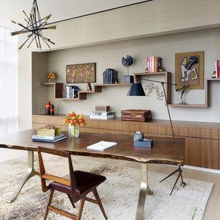 Foto de despacho contemporáneo con paredes grises, suelo de madera clara, escritorio independiente y suelo beige
