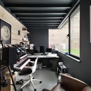 Immagine di un atelier design con pareti multicolore, pavimento in cemento, scrivania autoportante e pavimento grigio