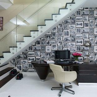 Immagine di un ufficio minimal con pavimento in legno verniciato e scrivania autoportante
