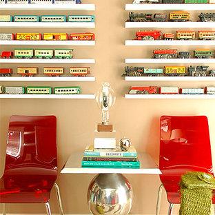 オレンジカウンティの小さいコンテンポラリースタイルのおしゃれなホームオフィス・書斎 (トラバーチンの床、ベージュの壁) の写真