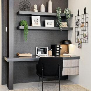 Пример оригинального дизайна: рабочее место среднего размера в современном стиле с белыми стенами, полом из керамогранита, встроенным рабочим столом и бежевым полом