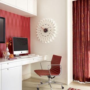 他の地域のコンテンポラリースタイルのおしゃれなホームオフィス・書斎 (淡色無垢フローリング、造り付け机、赤い壁) の写真