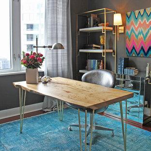 Ejemplo de despacho actual, pequeño, sin chimenea, con escritorio independiente, paredes grises, suelo de madera oscura y suelo turquesa