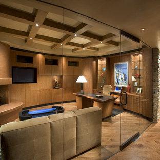 Réalisation d'un grand bureau design avec un mur marron, un sol en bois foncé, une cheminée d'angle, un manteau de cheminée en plâtre et un bureau indépendant.