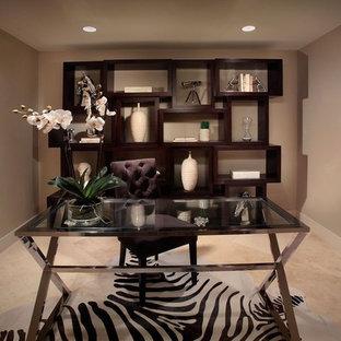 Mittelgroßes Modernes Lesezimmer ohne Kamin mit beiger Wandfarbe, Keramikboden und freistehendem Schreibtisch in Miami