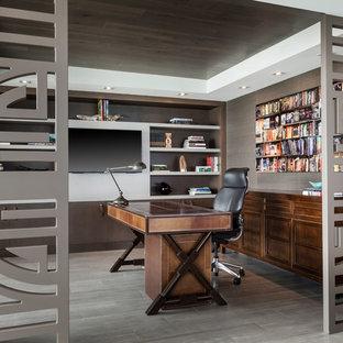 Immagine di un ufficio minimal con pareti marroni, parquet scuro, scrivania autoportante e pavimento marrone