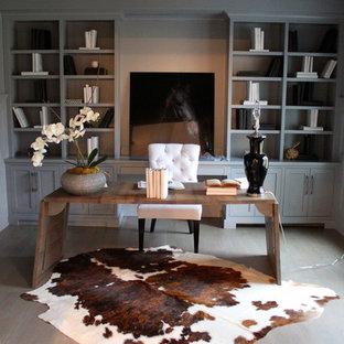 Bild på ett funkis arbetsrum, med mörkt trägolv och ett fristående skrivbord