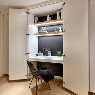 サンディエゴの小さいコンテンポラリースタイルのおしゃれな書斎 (黒い壁、淡色無垢フローリング、造り付け机、ベージュの床) の写真