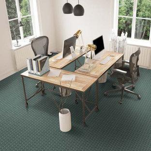 Mittelgroßes Arbeitszimmer mit weißer Wandfarbe, Porzellan-Bodenfliesen, freistehendem Schreibtisch und grünem Boden in Miami