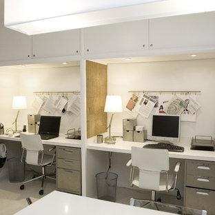 Idee per uno studio contemporaneo con pareti bianche, moquette e scrivania incassata