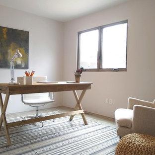 他の地域の小さいコンテンポラリースタイルのおしゃれなホームオフィス・書斎 (白い壁、ラミネートの床、暖炉なし、自立型机、ベージュの床) の写真