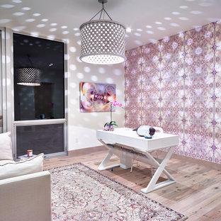 Idee per un atelier design di medie dimensioni con pareti viola, parquet chiaro e scrivania autoportante