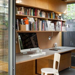 Idée de décoration pour un petit bureau design de type studio avec un mur jaune, un sol en bois peint, un poêle à bois, un manteau de cheminée en métal, un bureau intégré, un sol gris, un plafond en bois et du lambris.