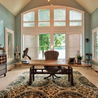 アトランタの広いビーチスタイルのおしゃれな書斎 (青い壁、セラミックタイルの床、自立型机) の写真