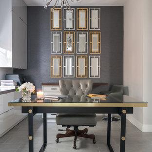 ヒューストンの中サイズのコンテンポラリースタイルのおしゃれな書斎 (グレーの壁、暖炉なし、自立型机、グレーの床、ラミネートの床) の写真