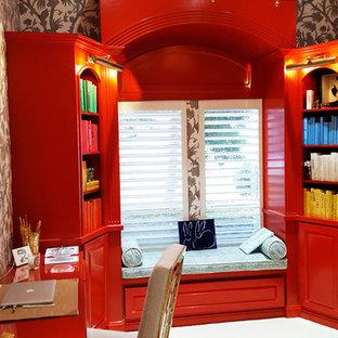 Esempio di un ufficio boho chic di medie dimensioni con pareti multicolore, moquette e scrivania autoportante