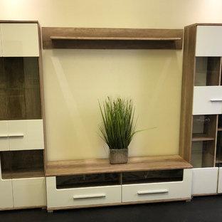 Ispirazione per un ufficio minimal di medie dimensioni con pareti beige, parquet scuro, nessun camino, scrivania autoportante e pavimento marrone