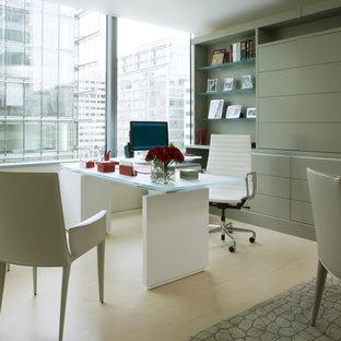ワシントンD.C.の中サイズのコンテンポラリースタイルのおしゃれなホームオフィス・仕事部屋 (ベージュの壁、暖炉なし、自立型机、ベージュの床、淡色無垢フローリング) の写真