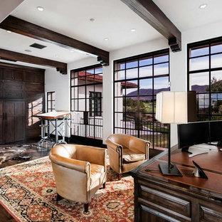 Inredning av ett modernt mycket stort arbetsrum, med mörkt trägolv och ett fristående skrivbord