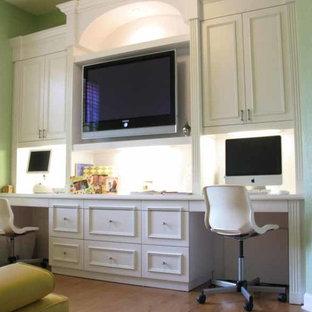 Idéer för ett mellanstort modernt hemmabibliotek, med gröna väggar och ett inbyggt skrivbord