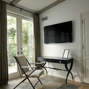 Ispirazione per un ufficio chic di medie dimensioni con pareti bianche, pavimento in ardesia e scrivania autoportante