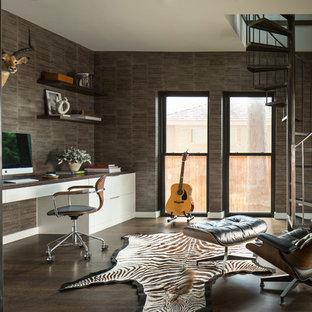 Immagine di un ufficio contemporaneo di medie dimensioni con pareti marroni, parquet scuro, nessun camino, scrivania incassata e pavimento marrone