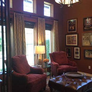 ロサンゼルスの小さいトランジショナルスタイルのおしゃれなホームオフィス・仕事部屋 (ライブラリー、オレンジの壁、ライムストーンの床、造り付け机、ベージュの床) の写真