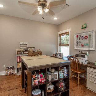 リトルロックの広いトランジショナルスタイルのおしゃれなクラフトルーム (グレーの壁、大理石の床、暖炉なし、自立型机、茶色い床) の写真