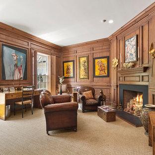 Foto di un grande ufficio tradizionale con moquette, camino ad angolo, scrivania autoportante, pareti marroni, cornice del camino in metallo e pavimento beige