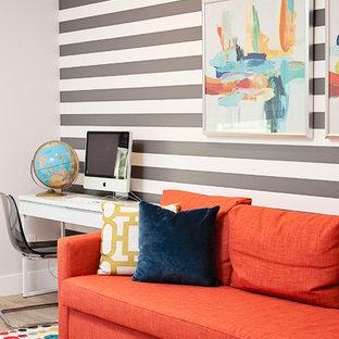Ispirazione per un grande ufficio contemporaneo con pareti multicolore, pavimento in laminato, nessun camino, scrivania incassata e pavimento beige