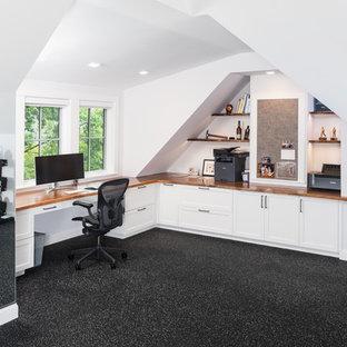 ボストンの大きいトラディショナルスタイルのおしゃれな書斎 (白い壁、クッションフロア、暖炉なし、造り付け机、黒い床) の写真