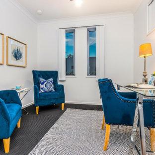 Ispirazione per un ufficio minimal con pareti bianche, moquette, scrivania autoportante e pavimento grigio