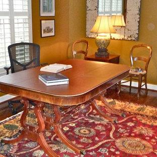 Foto di un ufficio classico di medie dimensioni con pareti gialle e scrivania autoportante