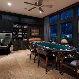 オースティンのトラディショナルスタイルのおしゃれな書斎 (黒い壁、カーペット敷き、造り付け机) の写真