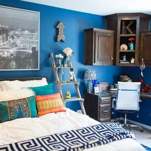 カンザスシティの小さいトラディショナルスタイルのおしゃれなアトリエ・スタジオ (青い壁、カーペット敷き、造り付け机、暖炉なし) の写真