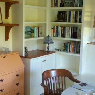 Foto di un ufficio tradizionale di medie dimensioni con pareti gialle, pavimento in gres porcellanato e scrivania incassata