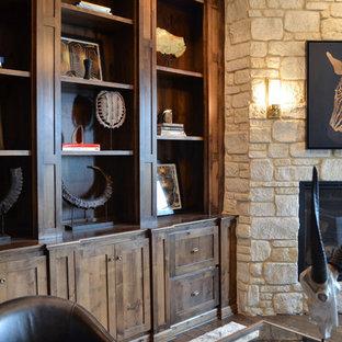 シカゴの大きいコンテンポラリースタイルのおしゃれな書斎 (ベージュの壁、無垢フローリング、コーナー設置型暖炉、石材の暖炉まわり、自立型机) の写真