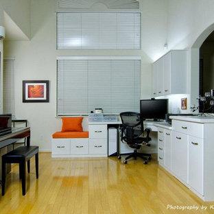 サンフランシスコの中くらいのトラディショナルスタイルのおしゃれなホームオフィス・書斎 (ベージュの壁、淡色無垢フローリング、造り付け机) の写真
