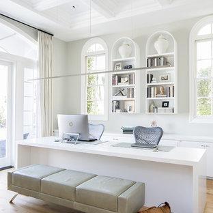 Esempio di un ufficio classico con pareti beige, parquet chiaro, scrivania autoportante e pavimento marrone