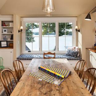 Idee per una grande stanza da lavoro classica con pareti beige, pavimento in legno massello medio, nessun camino, scrivania autoportante e pavimento marrone