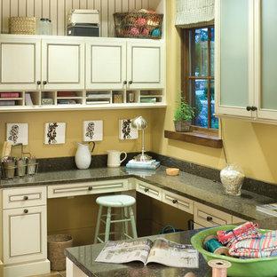 Свежая идея для дизайна: кабинет в классическом стиле с местом для рукоделия и желтыми стенами - отличное фото интерьера