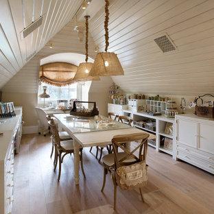 Идея дизайна: домашняя мастерская в стиле шебби-шик с бежевыми стенами, светлым паркетным полом, отдельно стоящим рабочим столом и бежевым полом