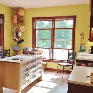 Idéer för att renovera ett mellanstort amerikanskt hobbyrum, med ljust trägolv och ett inbyggt skrivbord