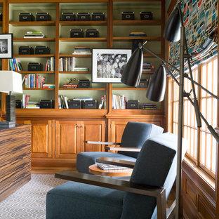 ダラスのコンテンポラリースタイルのおしゃれなホームオフィス・書斎 (ライブラリー、緑の壁、カーペット敷き、自立型机、グレーの床) の写真