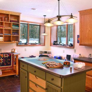 Foto di una grande stanza da lavoro stile americano con pareti gialle, pavimento con piastrelle in ceramica e scrivania autoportante
