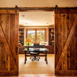 他の地域の中くらいのラスティックスタイルのおしゃれな書斎 (ベージュの壁、カーペット敷き、暖炉なし、自立型机、ベージュの床) の写真