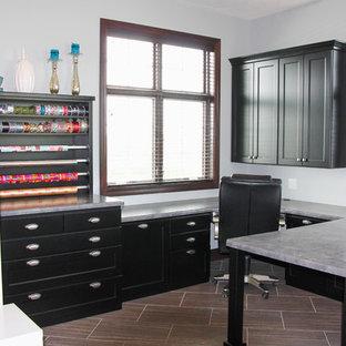 Inspiration pour un grand bureau style shabby chic avec un mur gris, un sol en carrelage de céramique, aucune cheminée et un bureau intégré.