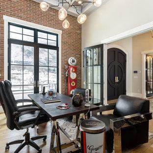 ソルトレイクシティの大きいトランジショナルスタイルのおしゃれな書斎 (ベージュの壁、淡色無垢フローリング、自立型机、暖炉なし、ベージュの床) の写真